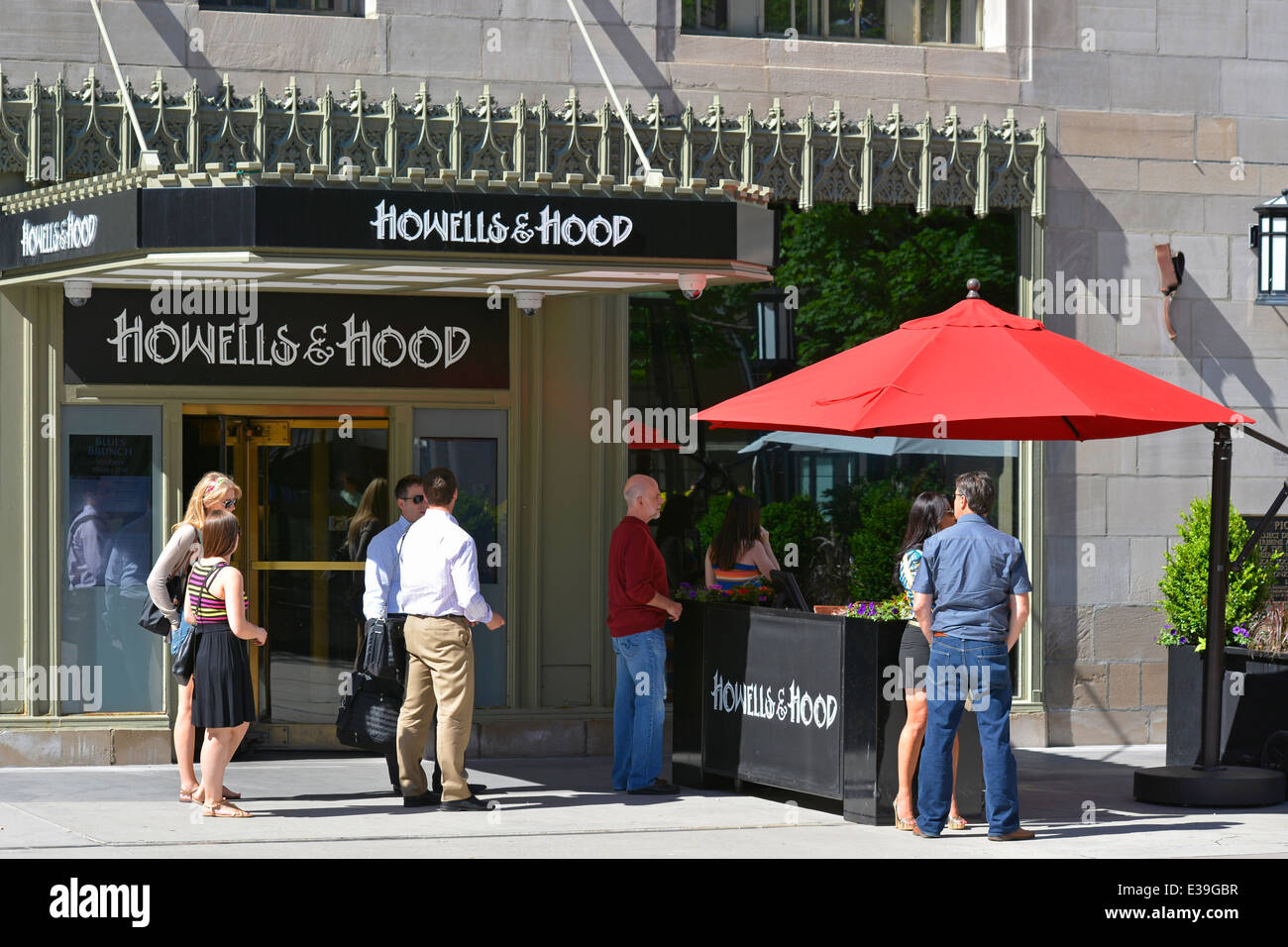 Howells and Hood outdoor dining on Michigan Avenue in downtown Chicago, Illinois, USA - Stock Image