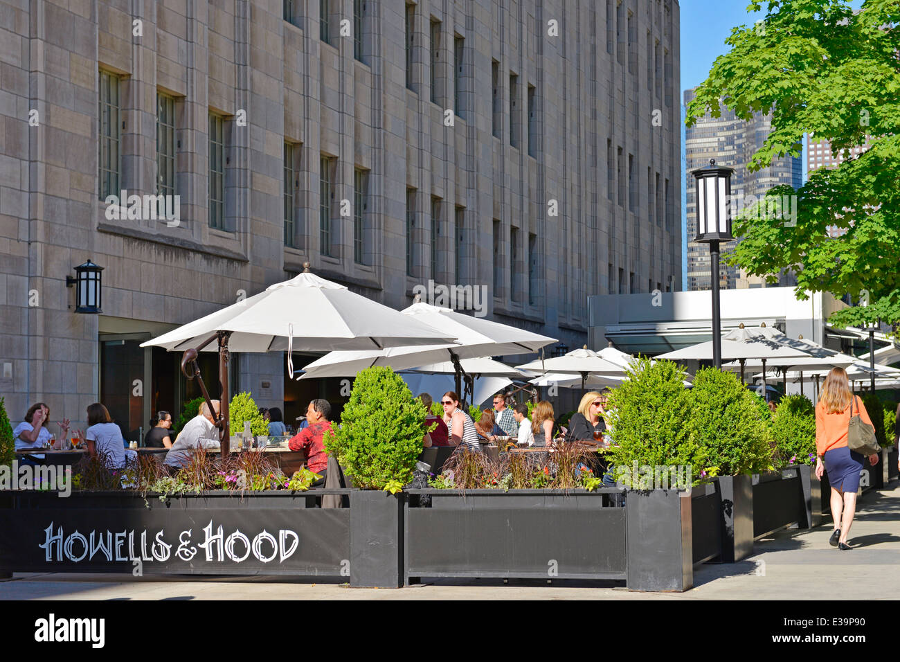 Howells and Hood outdoor dining on Michigan Avenue in downtown Chicago, Illinois, USA Stock Photo
