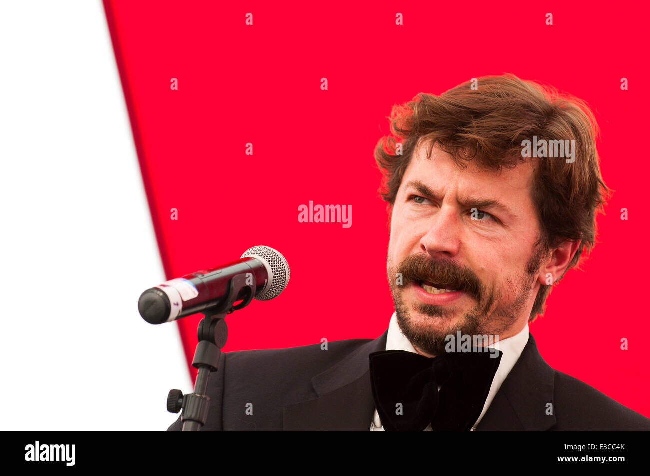 Llandeilo, Carmarthenshire, Wales, UK. 22nd June, 2014. Comedian Mike Wozniak gives a great performance at the Dinefwr - Stock Image