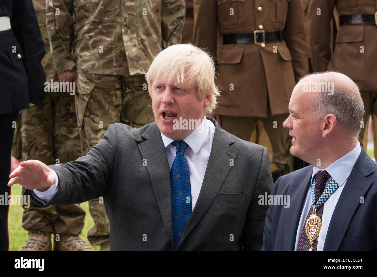 London, UK. 23rd June, 2014. Mayor of London Boris Johnson talks to Roger Evans, Chairman of the London Assembly - Stock Image