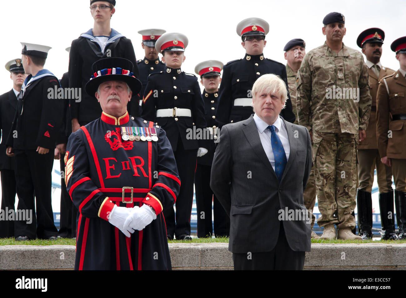 London, UK. 23rd June, 2014. M ayor of London Boris Johnson joins a Yeoman Warder and members and veterans of the - Stock Image