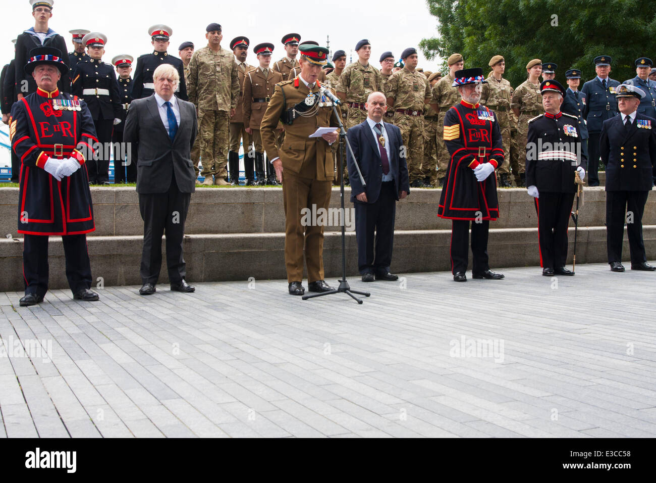 London, UK. 23rd June, 2014. London mayor Boris Johnson, second left, joins members and veterans of the armed forces - Stock Image