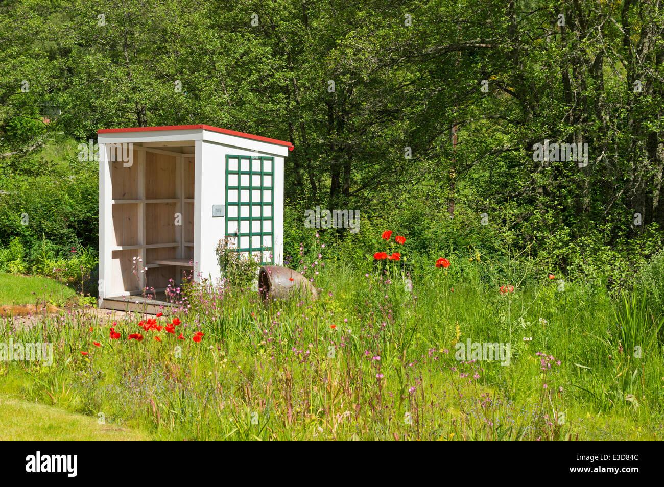 SUMMER HOUSE AND GARDEN AT THE KNOCKANDO WOOL MILL MORAY SCOTLAND - Stock Image