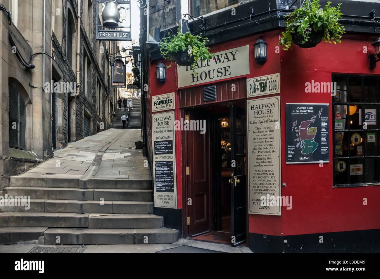 Halfway House Pub in Fleshmarket Close in Edinburgh's Old Town - Stock Image