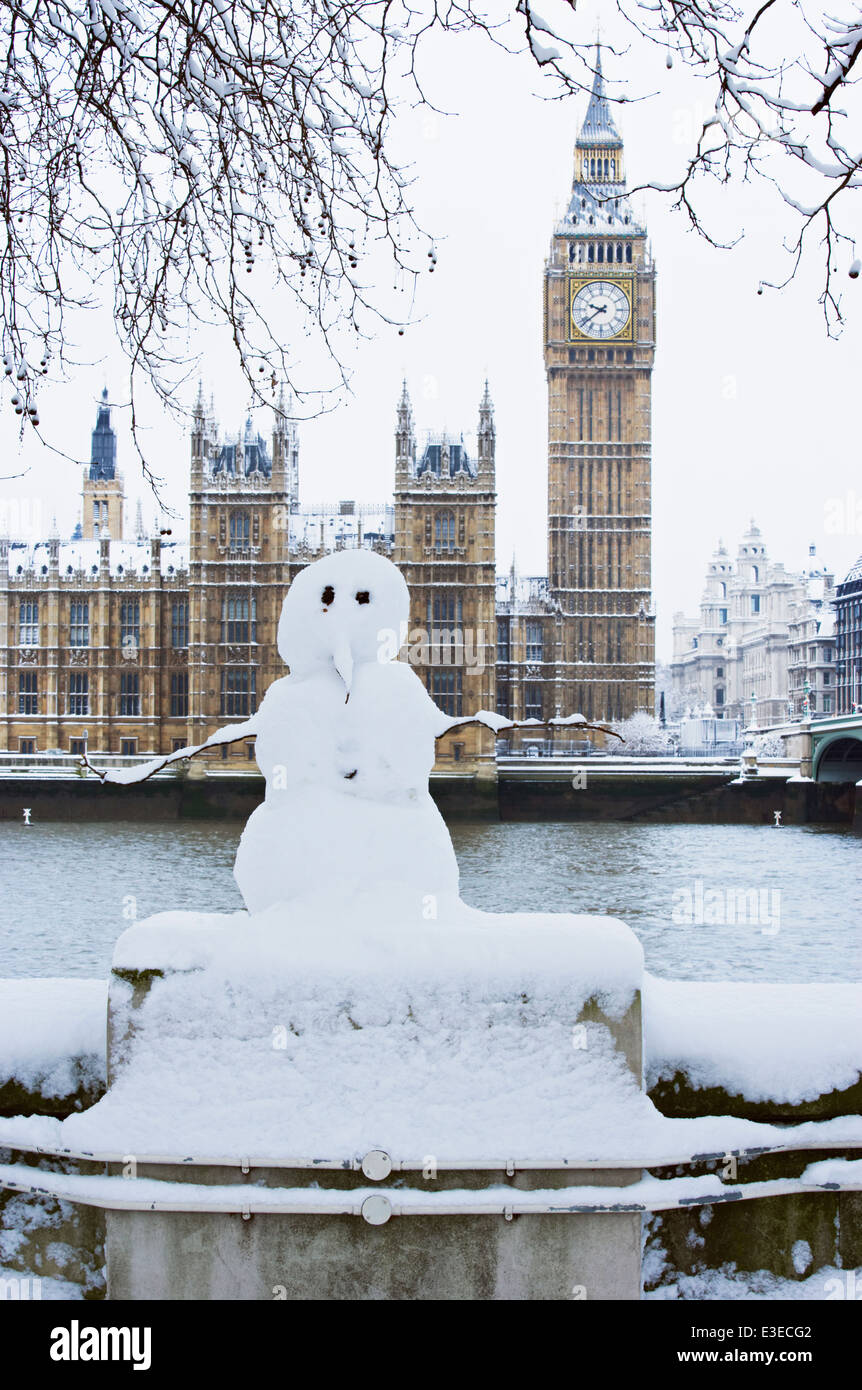 Snowman in front of the Houses of Parliament and Big Ben, London, England. - Stock Image
