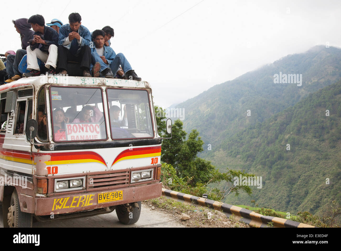 Filipinos on bus roof journey from Banaue and Bontoc, Northern Luzon, Philippines. - Stock Image