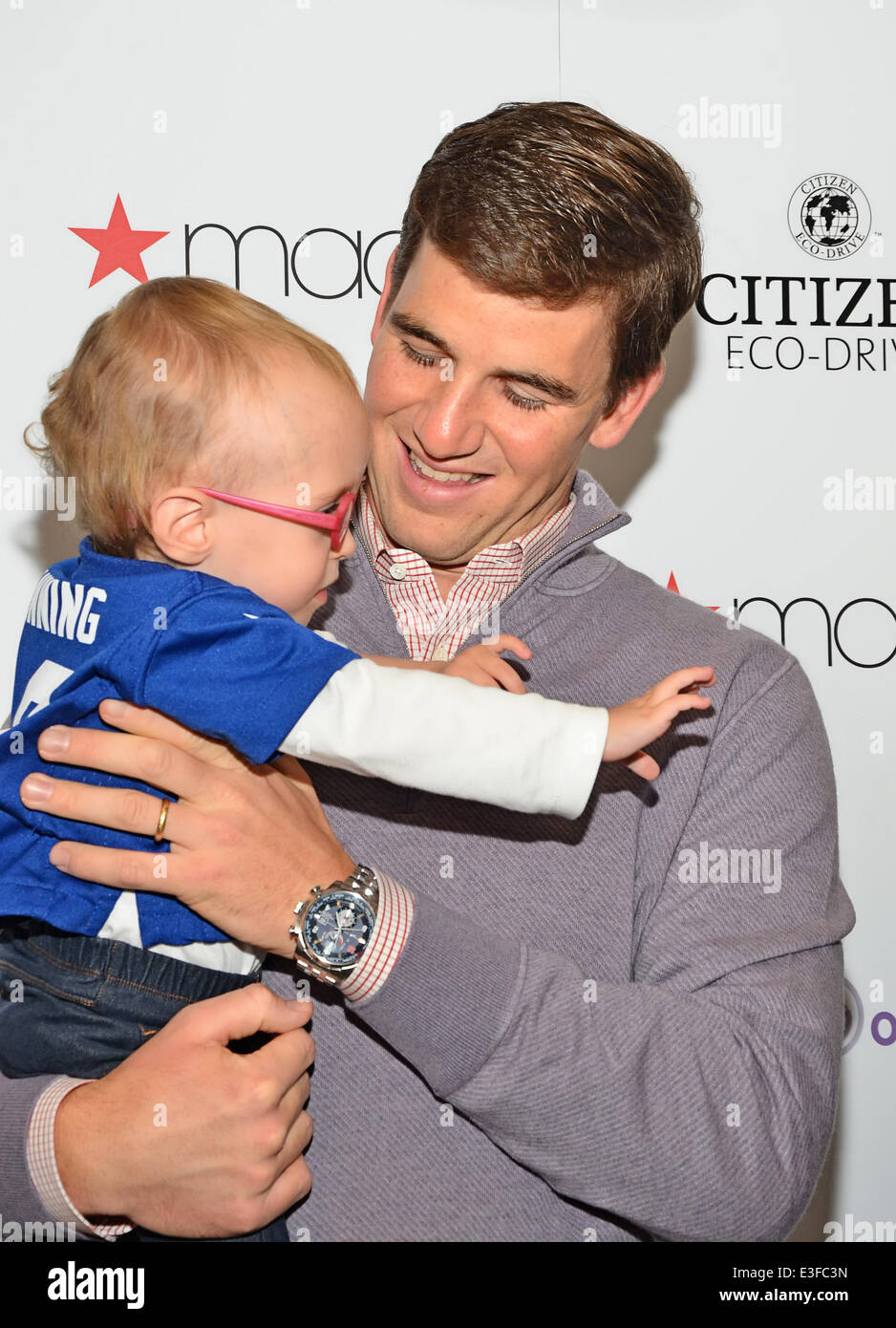 Eli Manning Meet And Greet At Macy S Garden State Plaza Mall Stock Photo Alamy