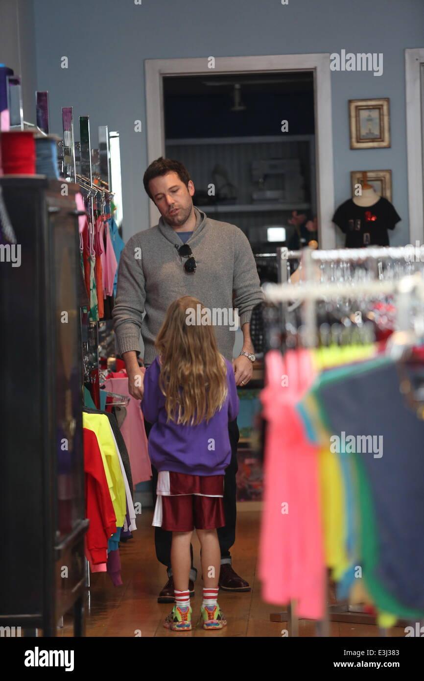 Ben Affleck Shopping At Cheryl Fudge Fashion Camp In Santa Monica Stock Photo Alamy