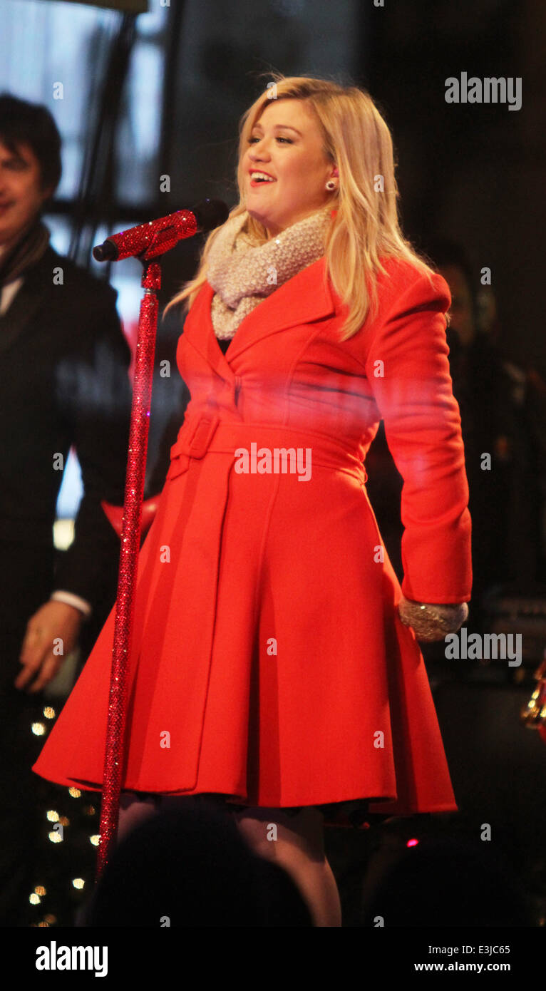 Kelly Clarkson performing live at 2013 Rockefeller Center Christmas ...