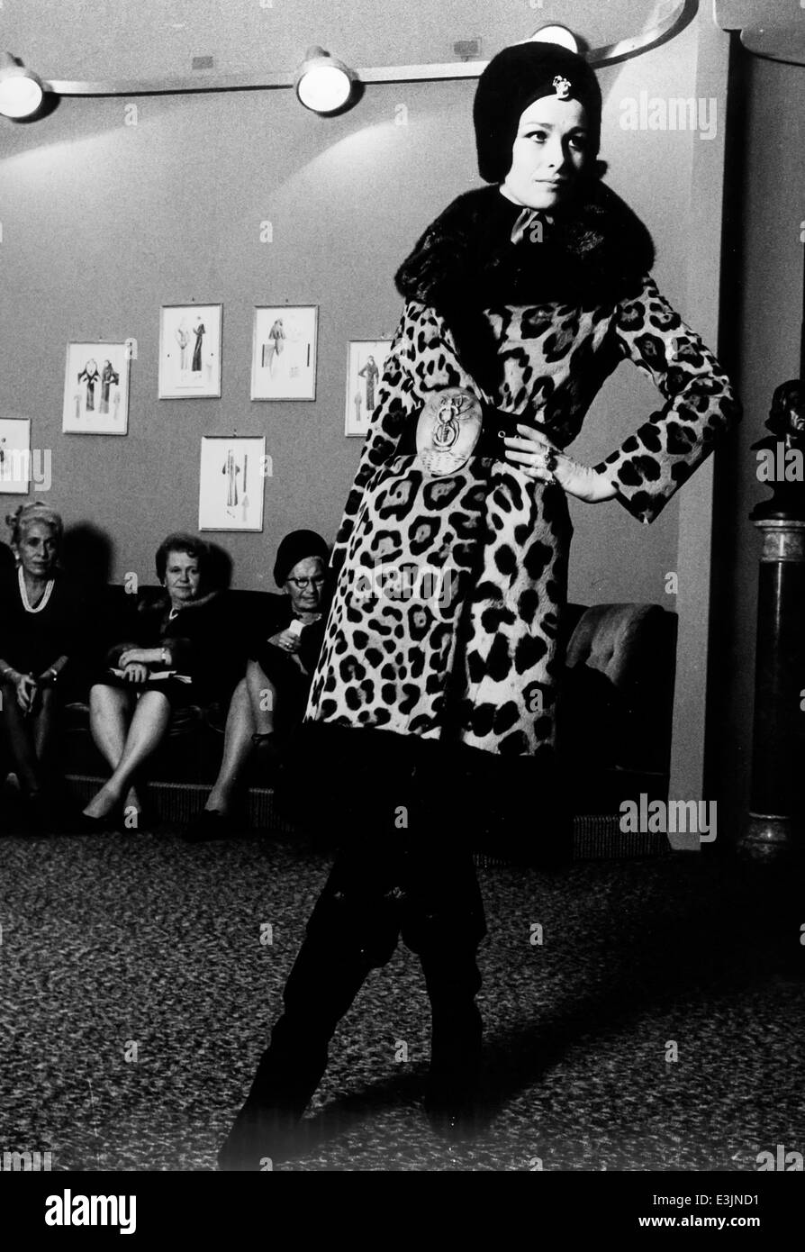 model during a fashion show in 60's - Stock Image