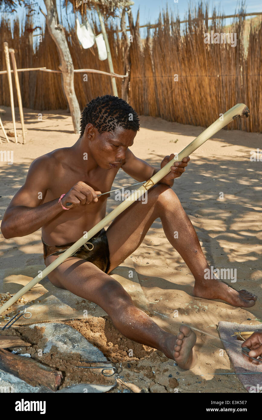 San people or Bushmen preparing handicraft for tourists, Kgalagadi Transfrontier Park, Kalahari, South Africa, Botswana, - Stock Image