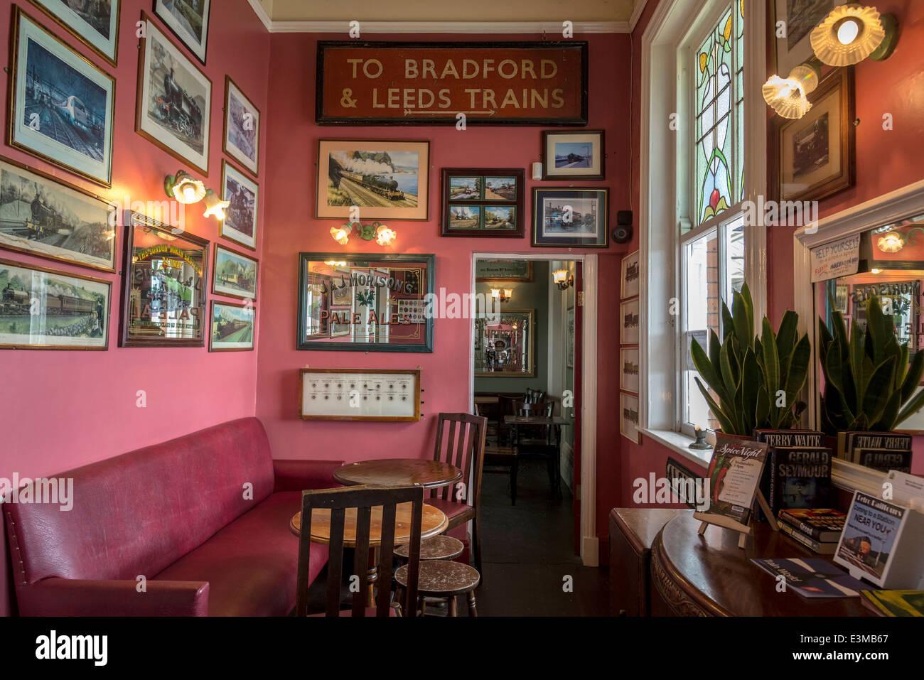 Original Victorian station buffet bar at Stalybridge station. - Stock Image