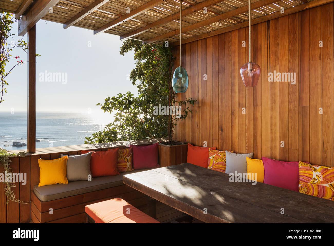 Patio bench overlooking ocean - Stock Image