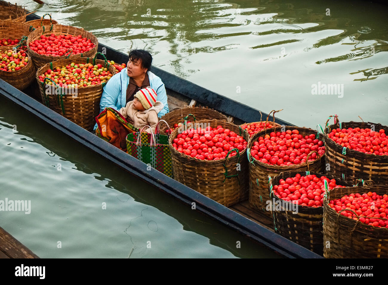 Farmers unload tomatoes, Nyaung Shwe, Inle Lake, Myanmar, Asia Stock Photo