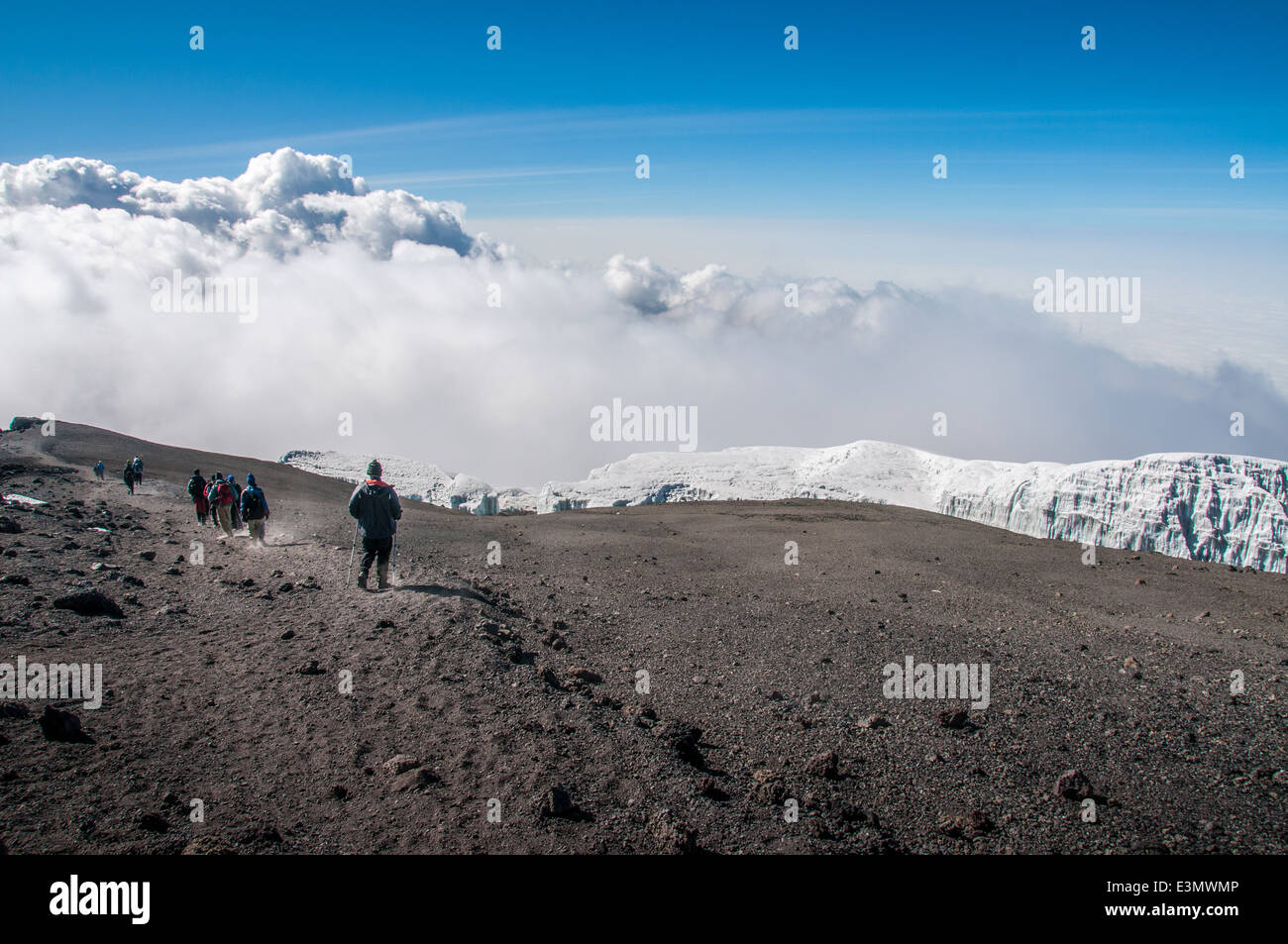 Walking back along the rim of the crater above the glaciers to Stella Point and the descent route back to camp at - Stock Image