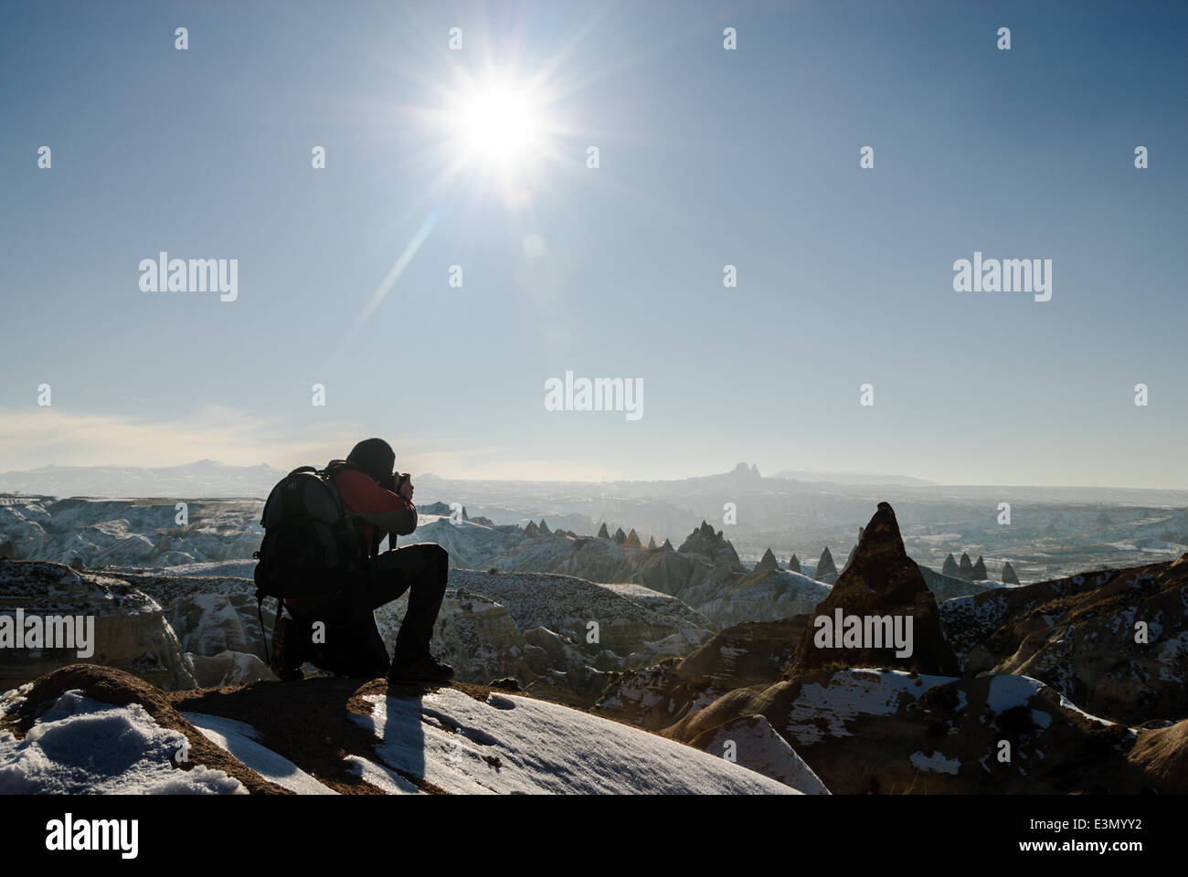 Silhouette of a man taking pictures of a landscape, Goreme, Capadocia, Turkia - Stock Image