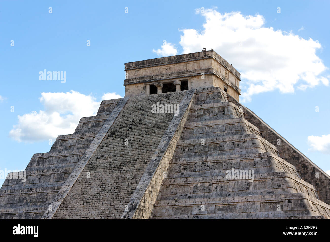 El Castillo, temple pyramid to Mayan serpent god Kukulkan, in Chichen Itza, Yucatan, Mexico. - Stock Image