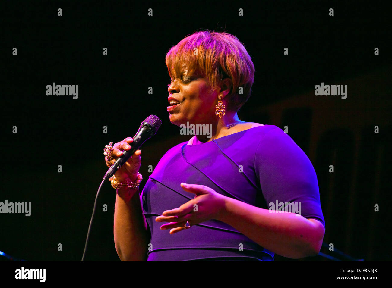 DIANNE REEVES sings on the Jimmy Lyons Stage - 2010 MONTEREY JAZZ FESTIVAL, CALIFORNIA - Stock Image