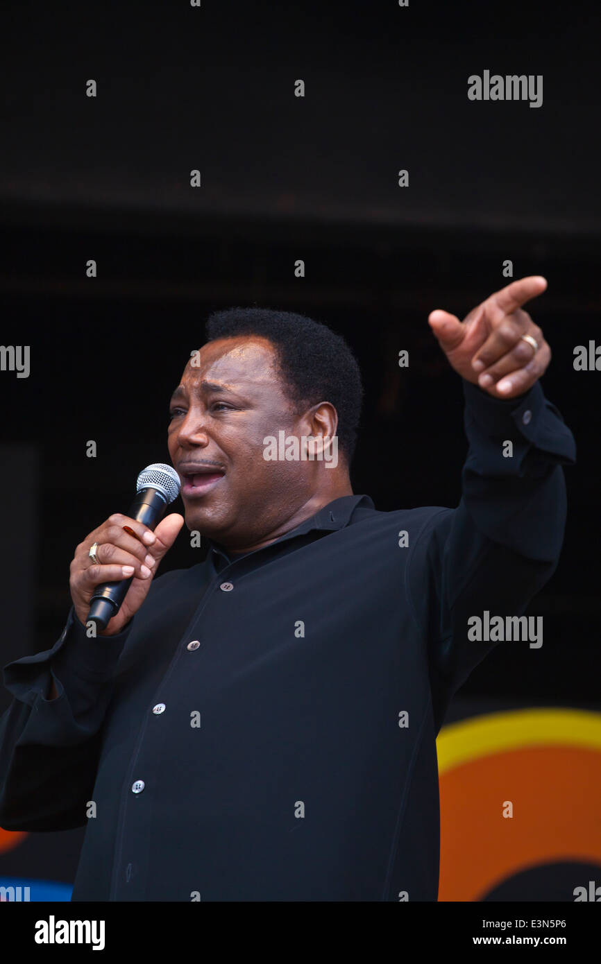GEORGE BENSON preforms on Jimmy Lyons Stage at the Monterey Jazz Festival - MONTEREY, CALIFORNIA - Stock Image