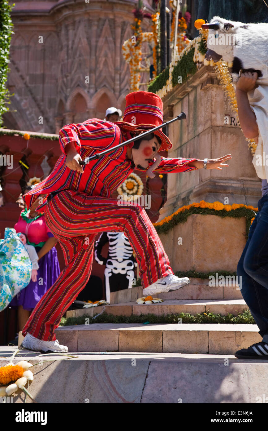 This dance troupe jokes with the crowd in the annual INDEPENDENCE DAY PARADE in September - SAN MIGUEL DE ALLENDE, - Stock Image