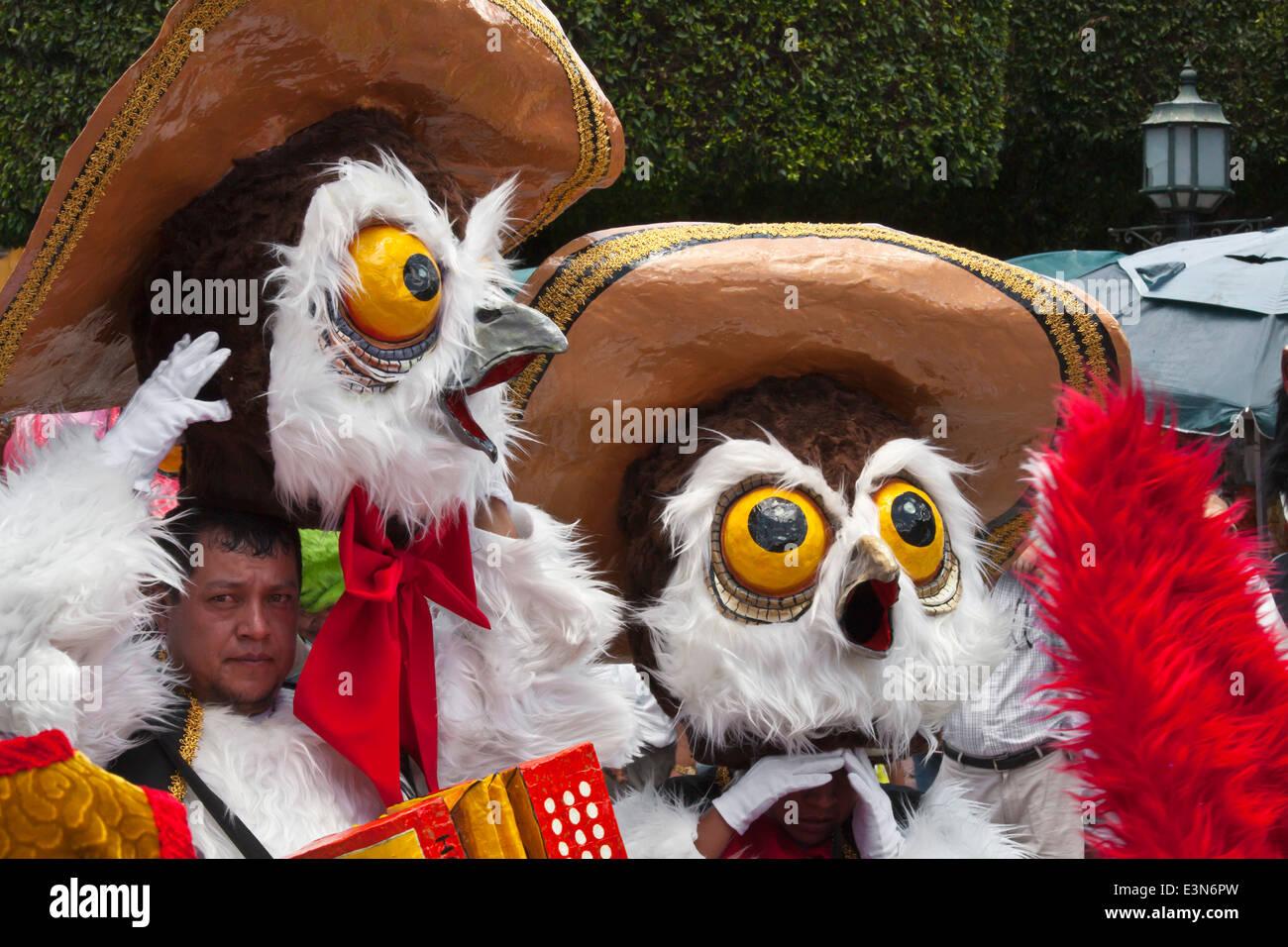 Mexicans dress in costumes and participate the DIA DE LOS LOCOS PARADE - SAN MIGUEL DE ALLENDE, GUANAJUATO, MEXICO - Stock Image