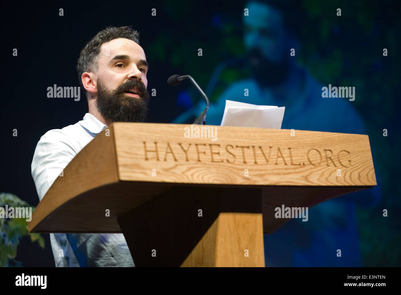 Shaun Usher reading at Letters Live event at Hay Festival 2014 ©Jeff Morgan - Stock Image