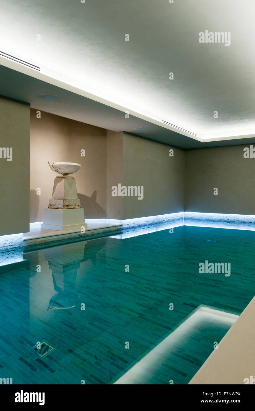 Urn on plinth in alcove in indoor swimming pool - Stock Image