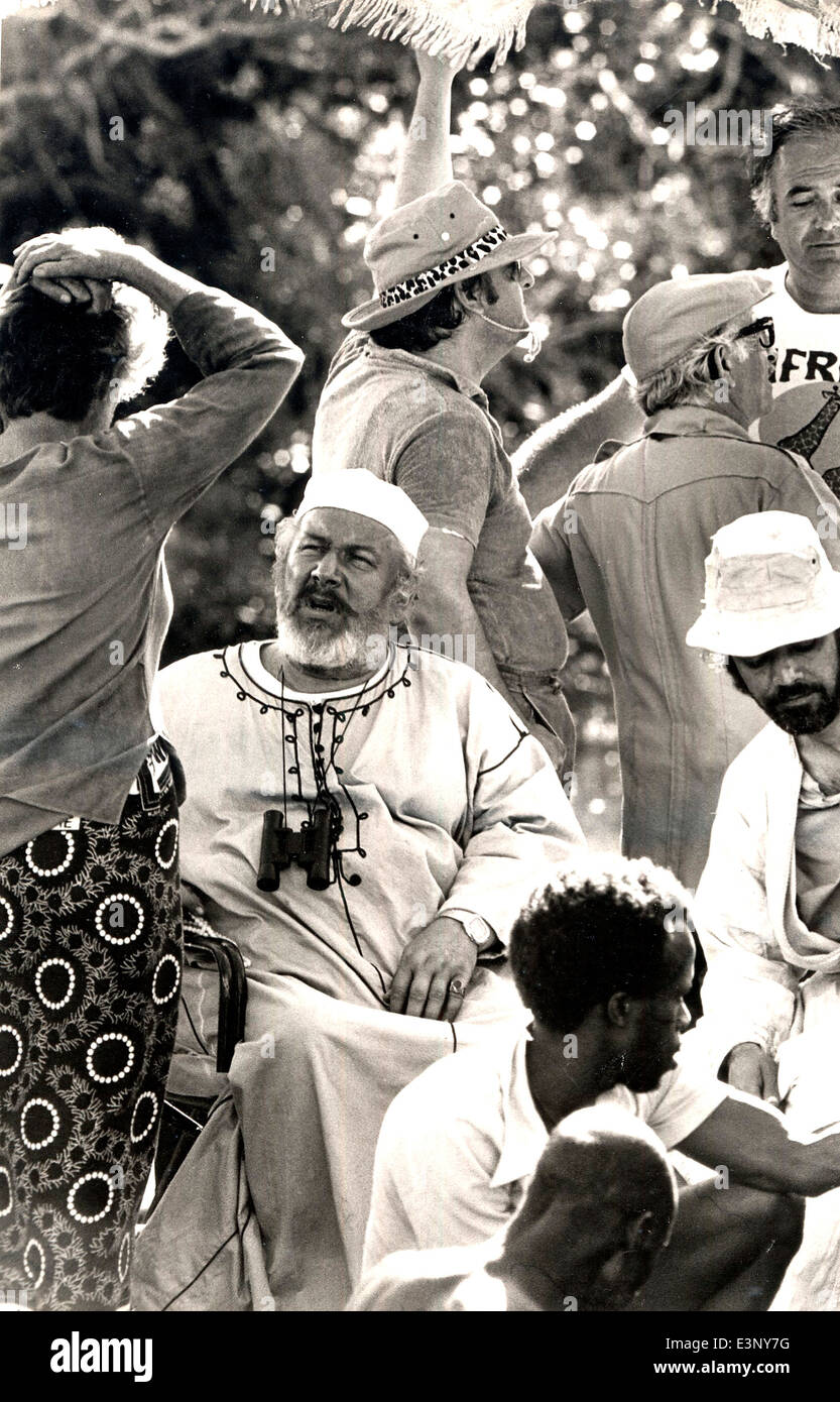 Peter Ustinov in Arab slavetrader robes with some of the 'Ashanti' film unit on the Kenya coast in May 1978 - Stock Image