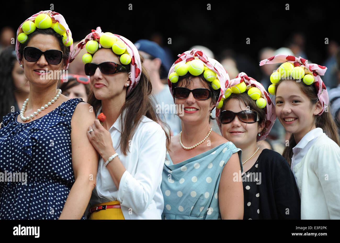 WIMBLEDON CROWD WITH TENNIS BA THE WIMBLEDON CHAMPIONSHIPS 20 THE ALL ENGLAND TENNIS CLUB WIMBLEDON LONDON ENGLAND Stock Photo
