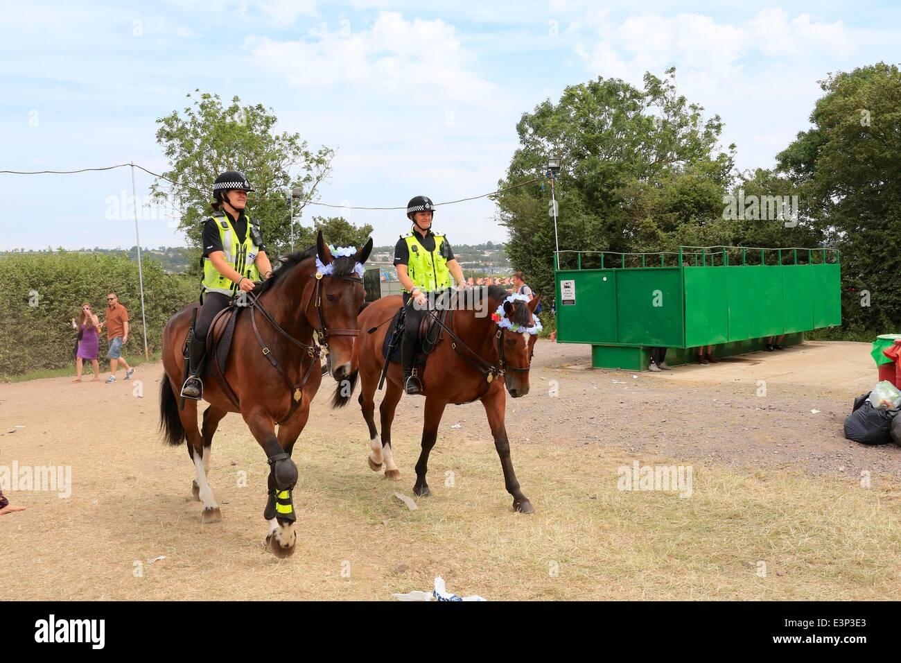 Glastonbury Festival, Glastonbury, Somerset, UK. 26th June, 2014. Mounted police patrol the festival site as festival - Stock Image