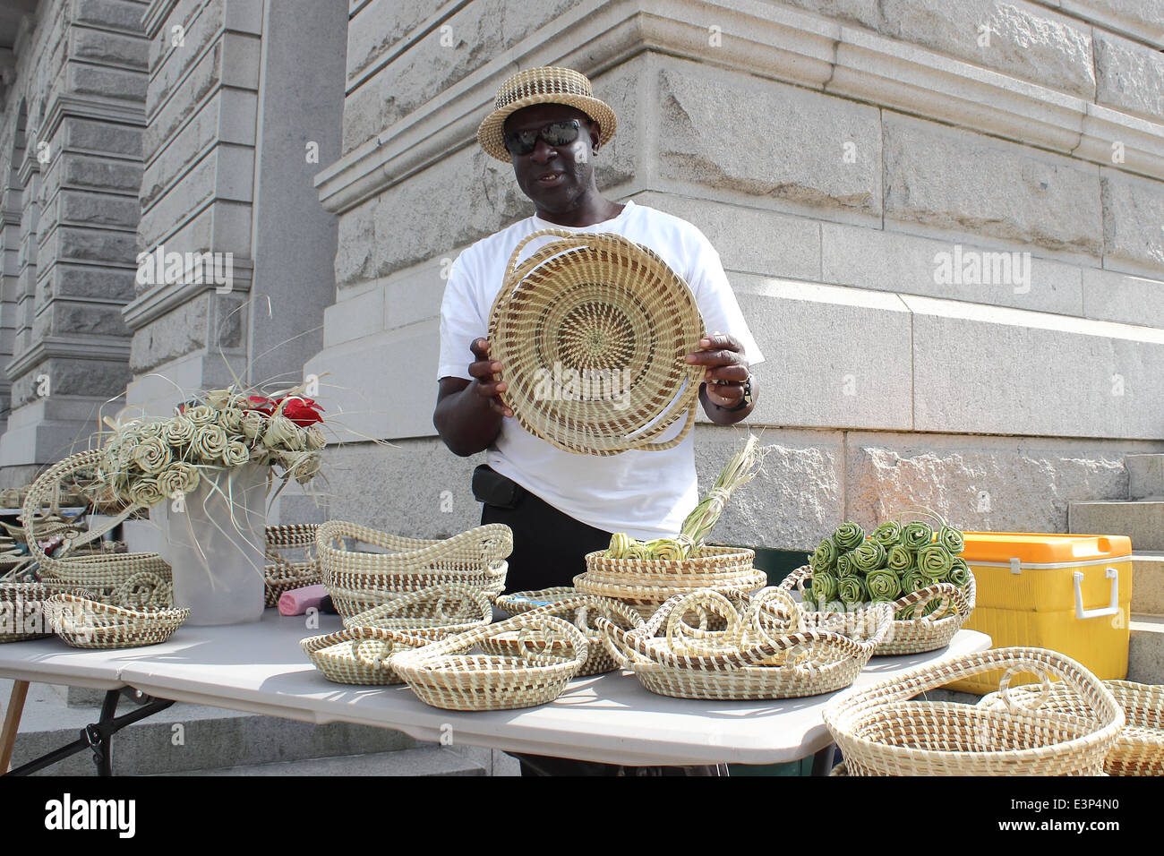 A Sweetgrass basket maker shows off his creations on Meeting street in Charleston, South Carolina, USA. - Stock Image