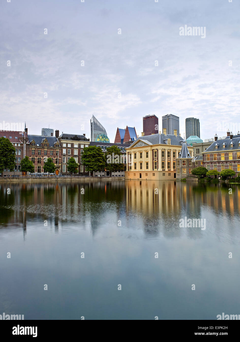 Art museum The Mauritshuis and Het Torentje, official office of the Prime Minister of the Netherlands at tthe Hofvijver - Stock Image