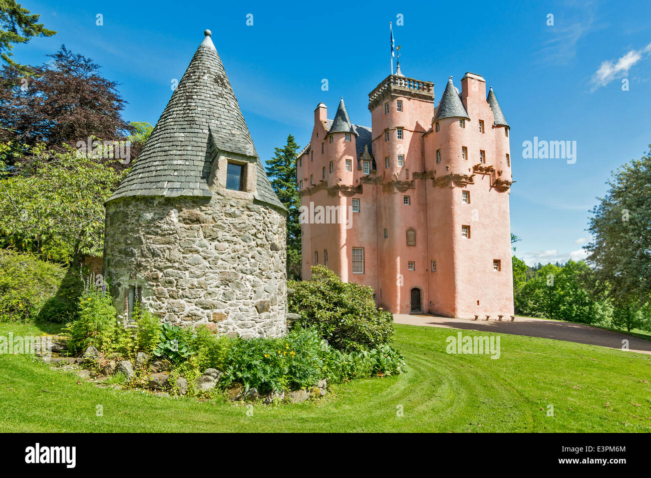 CRAIGIEVAR CASTLE AND OUTHOUSE IN SUMMER ABERDEENSHIRE SCOTLAND - Stock Image