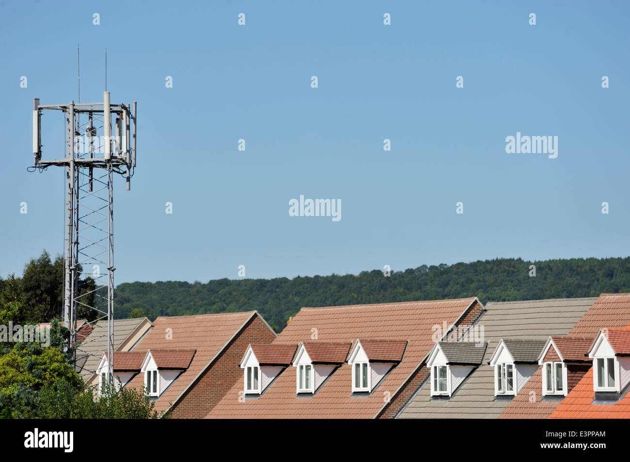 Mobile phone mast in close proximity to new homes in Petersfield, Hampshire Stock Photo
