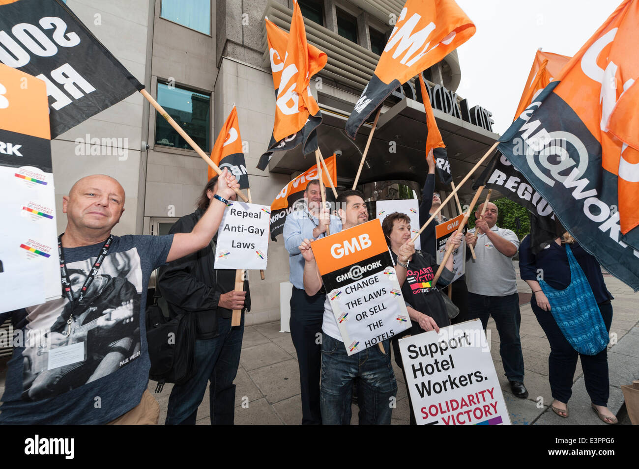 Park Lane, London, Uk. 27th June 2014. The GMB union and LGBT activists protest outside 45 Park Lane hotel in London. - Stock Image