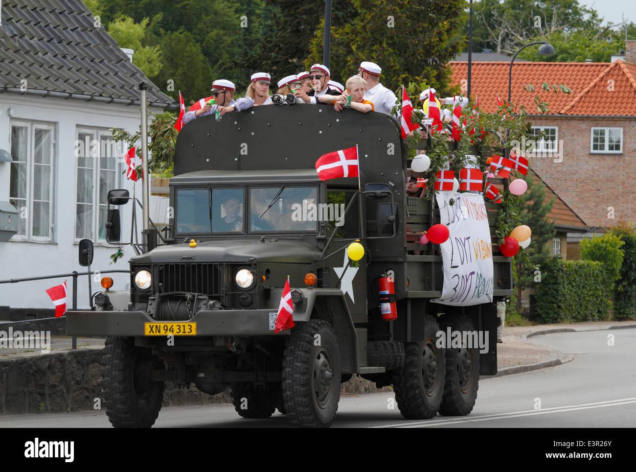 Vedbæk / Vedbaek,  north of Copenhagen, Denmark. June 27, 2014. Danish students in white student caps celebrate - Stock Image
