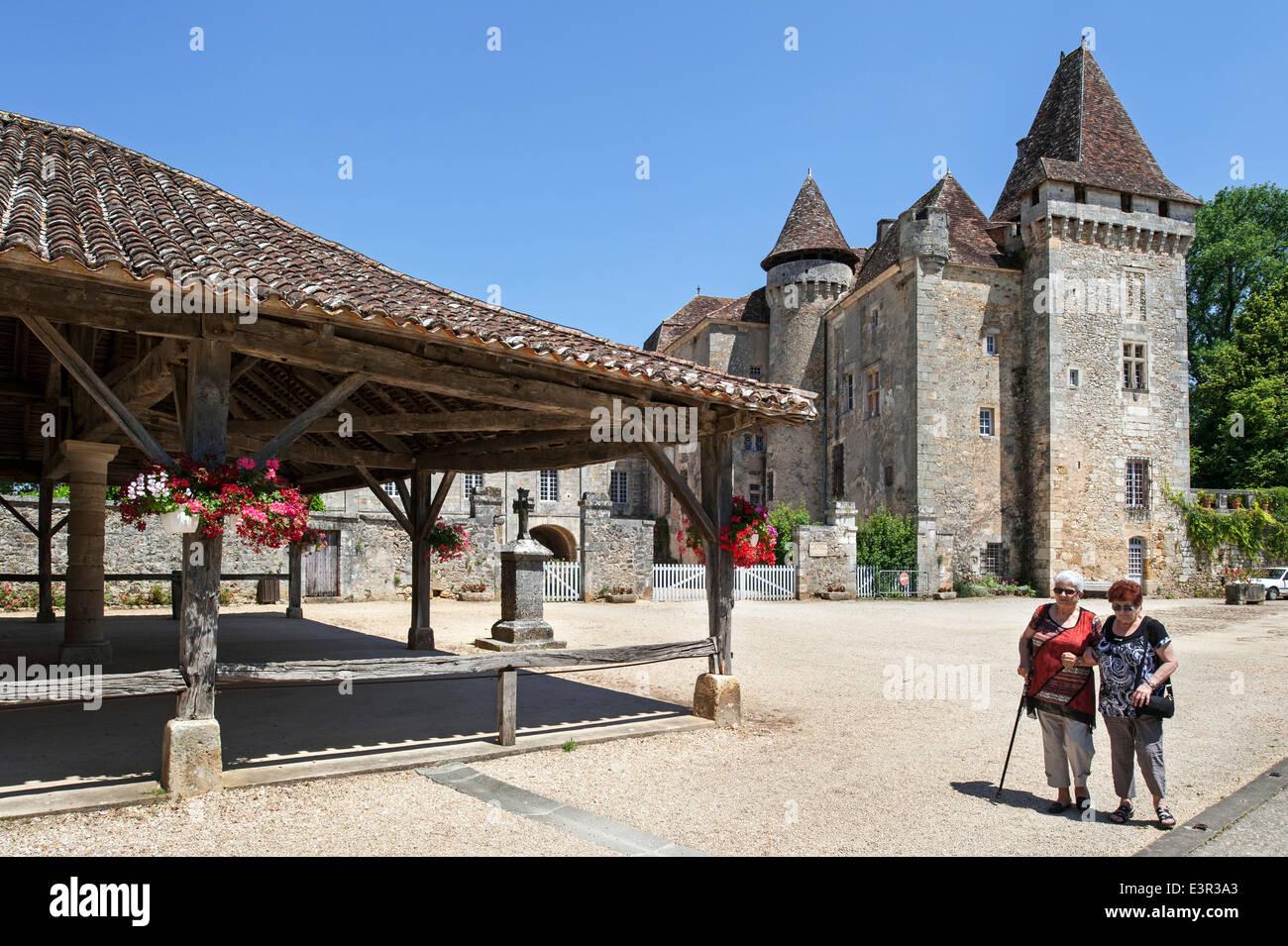 Château de La Marthonie / Marthonye and elderly tourists visiting the market square at Saint-Jean-de-Côle, - Stock Image