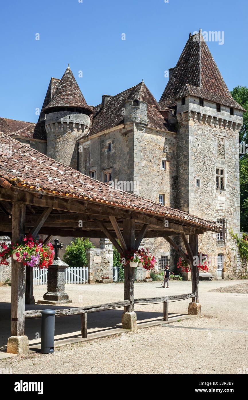 Château de La Marthonie and covered market square at Saint-Jean-de-Côle, Dordogne, Aquitaine, France - Stock Image