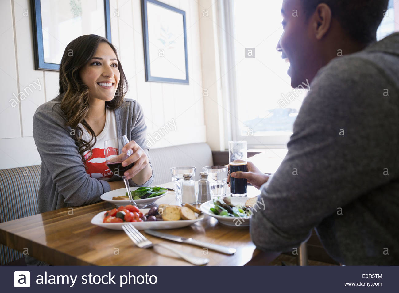 Couple enjoying lunch at bistro table - Stock Image