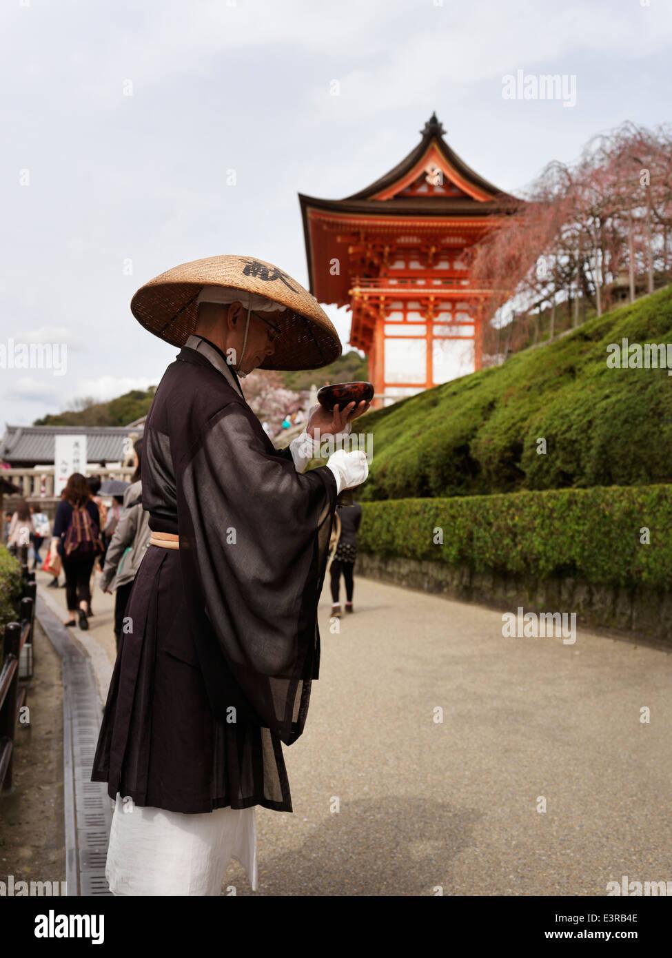 Mendicant Buddhist monk asking for donations. Kiyomizu-dera Buddhist temple, Kyoto, Japan. - Stock Image