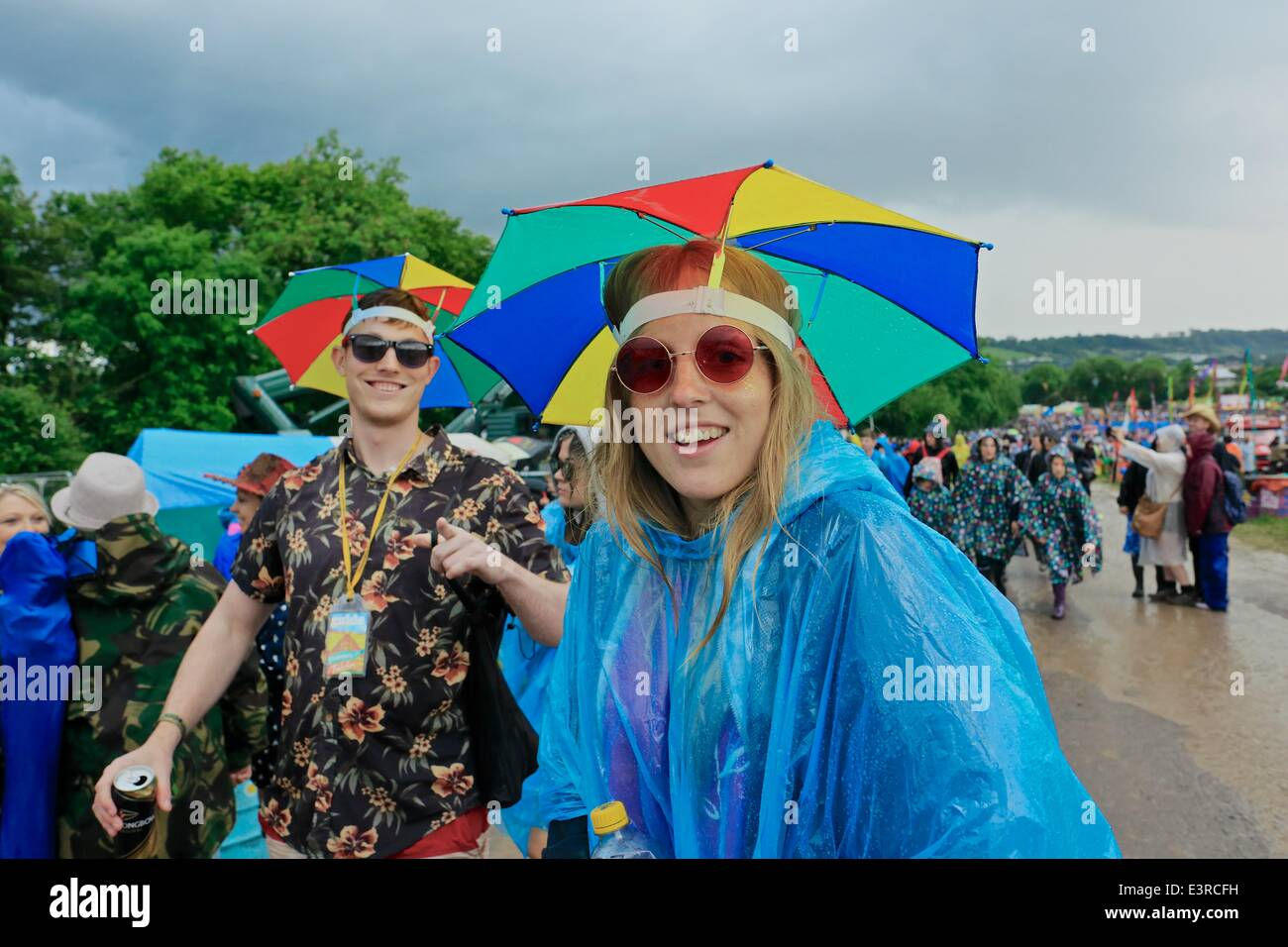 Glastonbury Festival, Pilton, Glastonbury, UK. 27th June 2014. Crowds make their way to shelter through heavy rain, - Stock Image