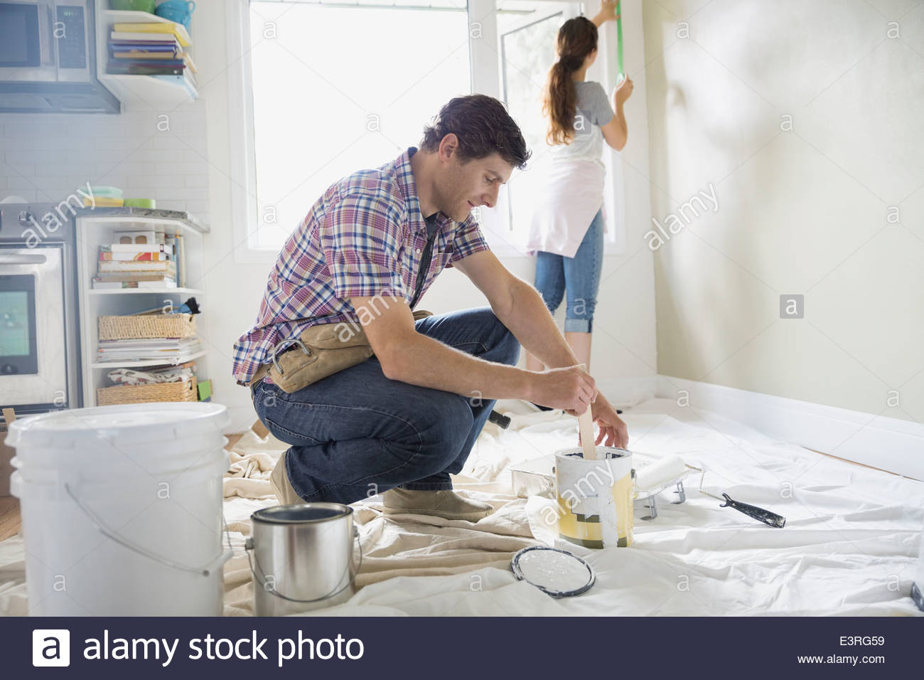 Couple starting painting project in living room - Stock Image