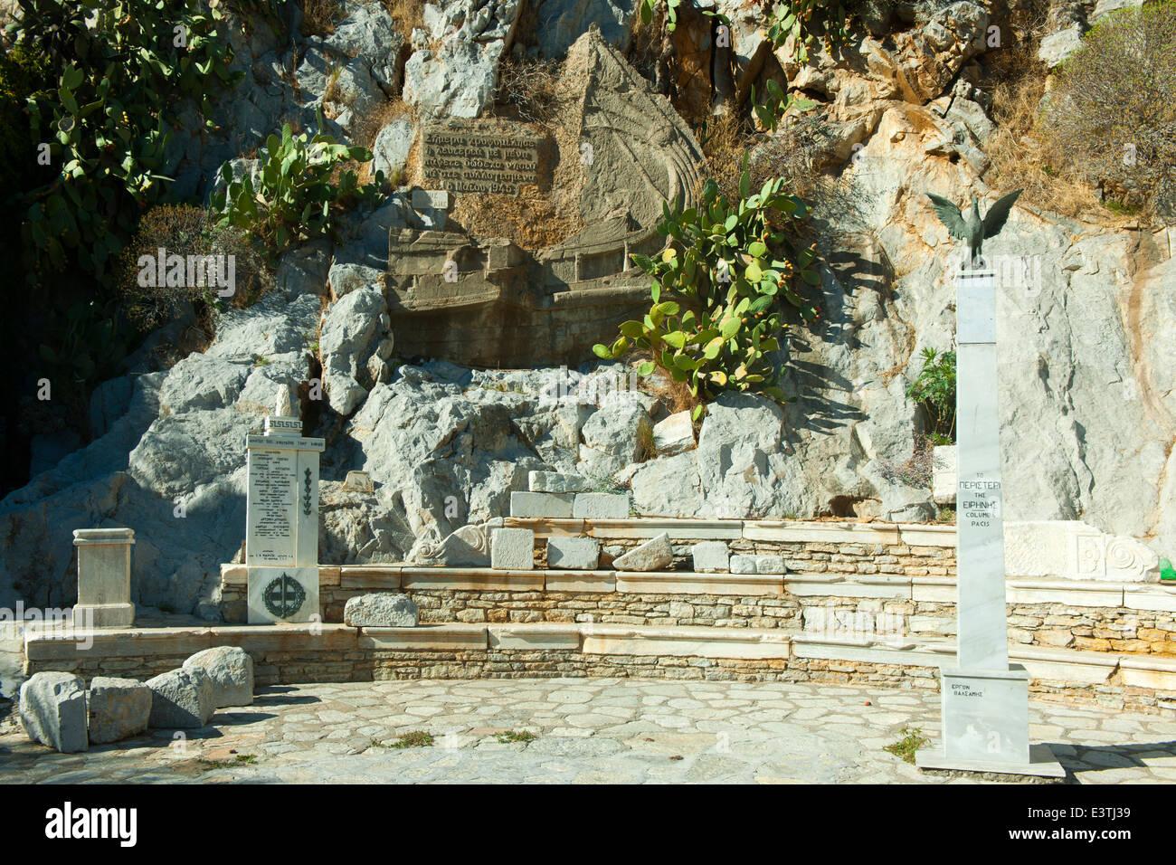 Griechenland, Symi, Denkmal zur Erinnerung an die Ãœbergabe des Dodekanes an Griechenland nach dem 2. Weltkrieg - Stock Image