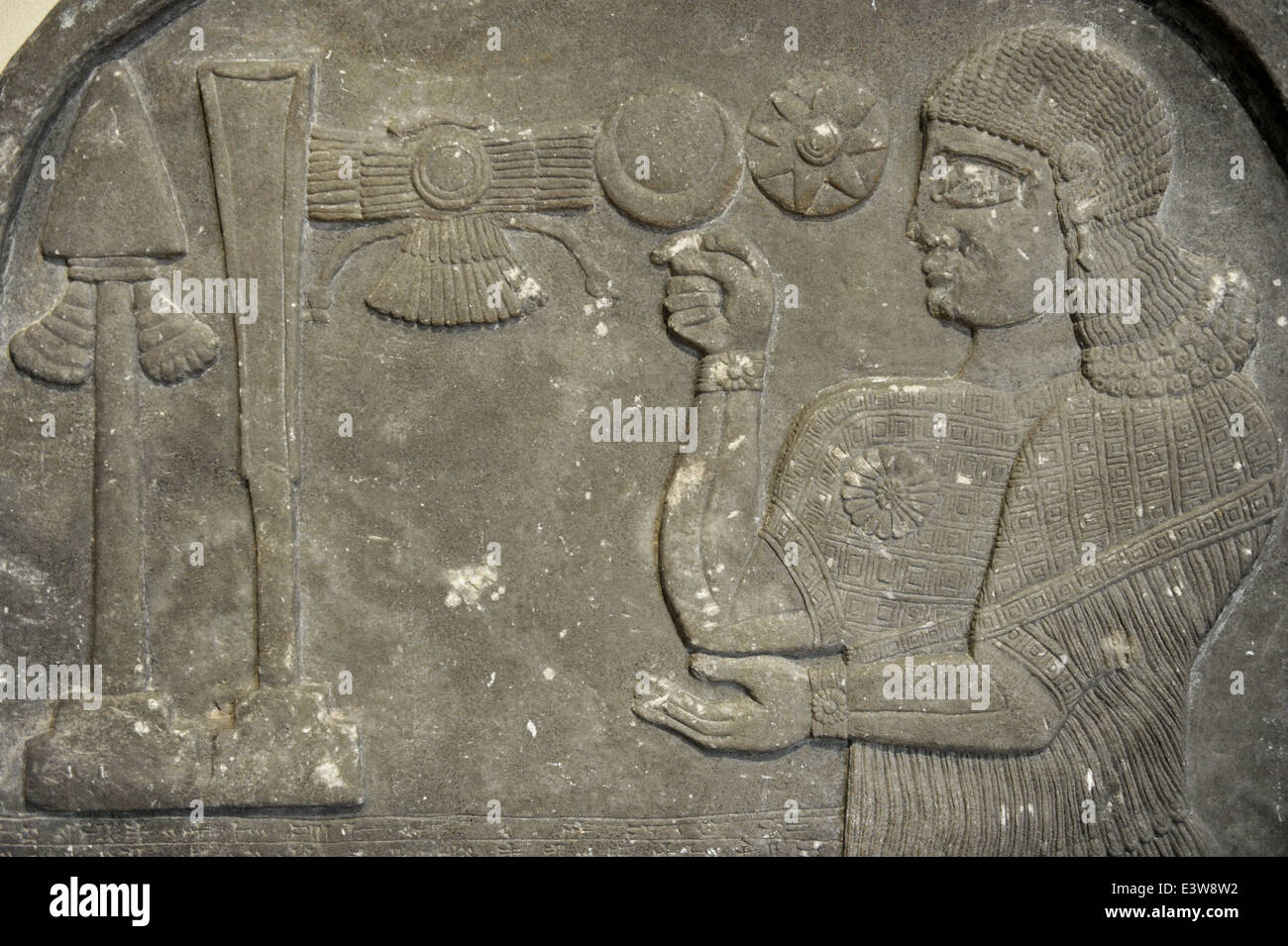Stele with relief depicting Assyrian official Bel-Harran-beli-usur praying in front of divine symbols. 8th century - Stock Image
