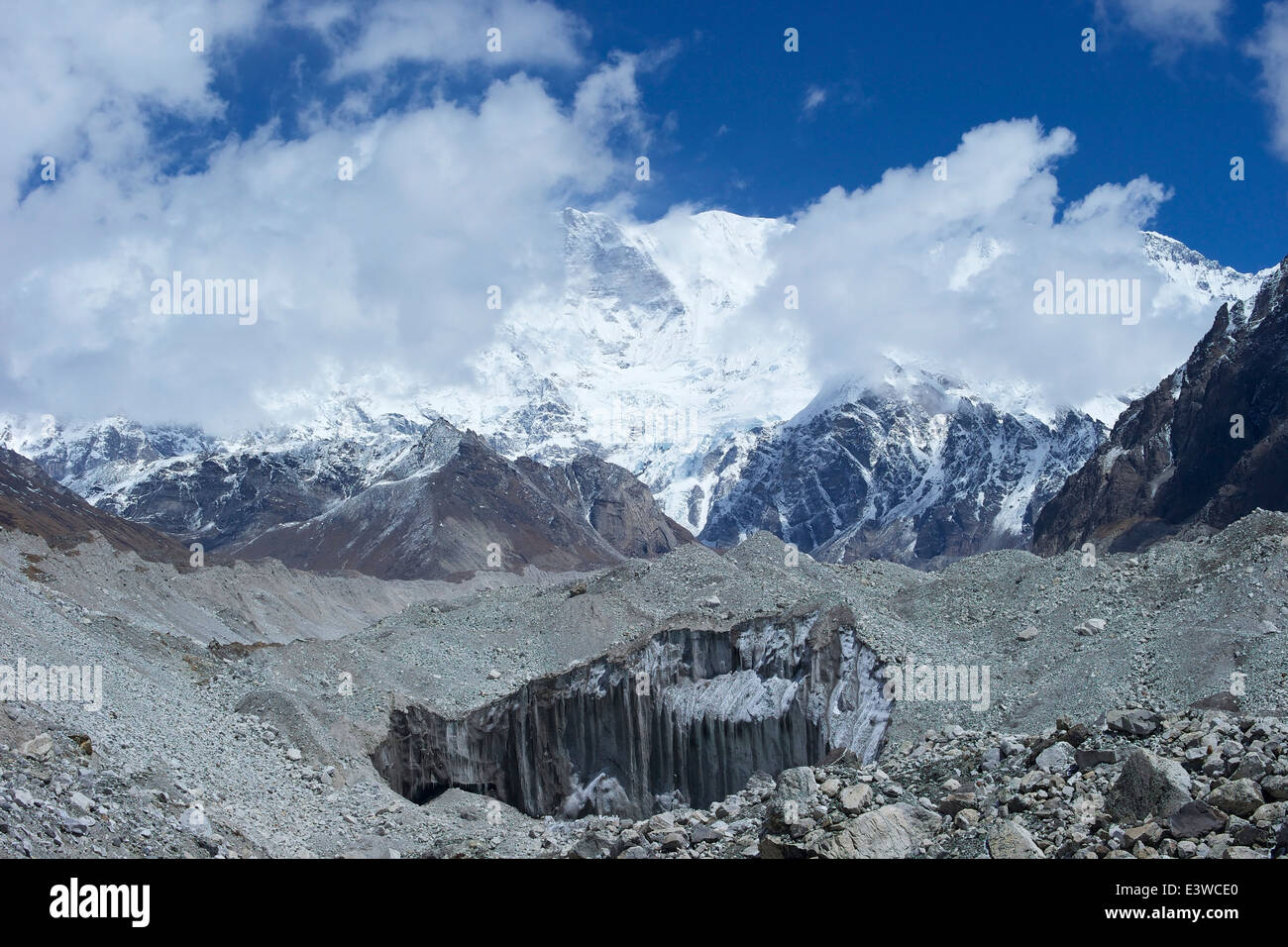Moraine on Ngozumpa glacier, between Gokyo and Dragnag, Solukhumbu region, Sagarmatha NP, Nepal, Asia - Stock Image