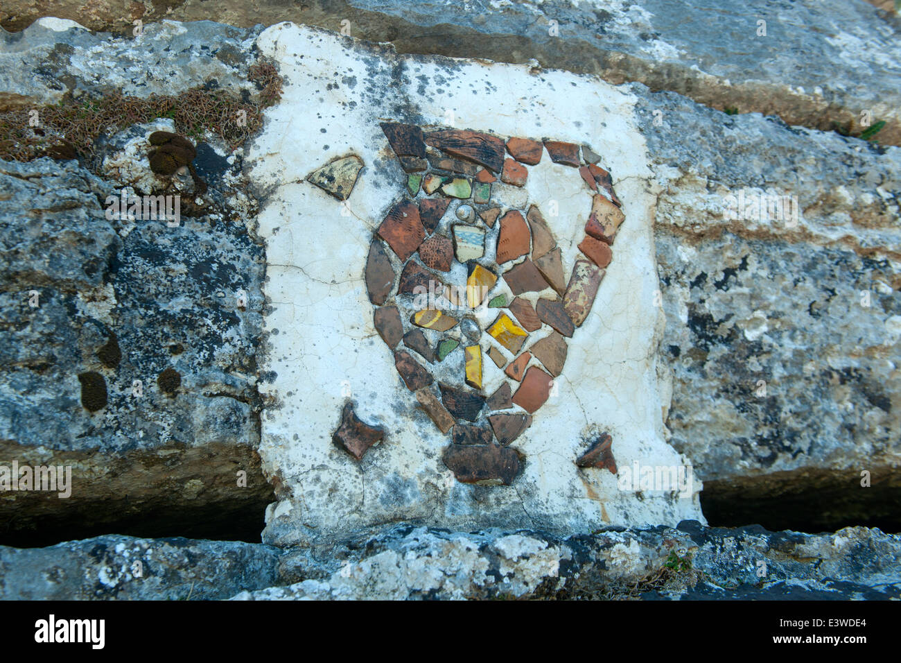 Griechenland, Symi, Zeichen über den byzantinischen Weinpressen aus dem 10. Jh. - Stock Image