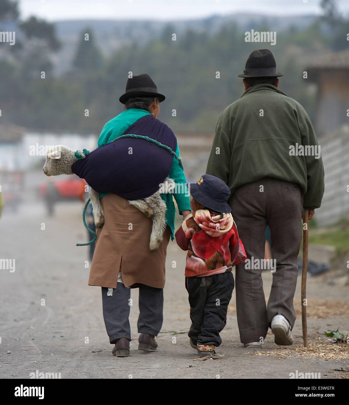 Family walking home from the Saquisili Market, Ecuador - Stock Image