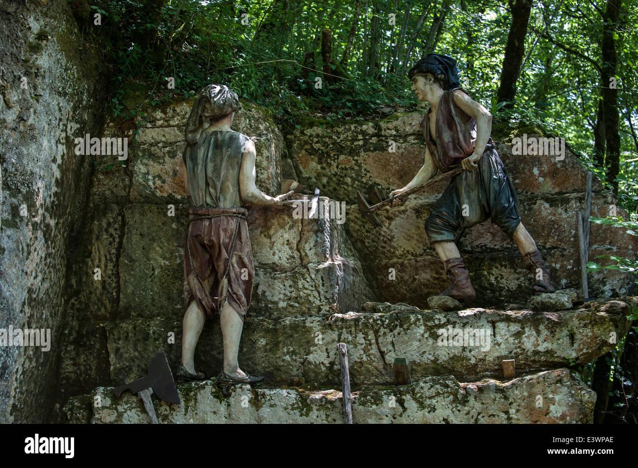 Medieval quarry workers cutting stones, Grottes du Roc de Cazelle, Les Eyzies, Dordogne, Périgord, France - Stock Image