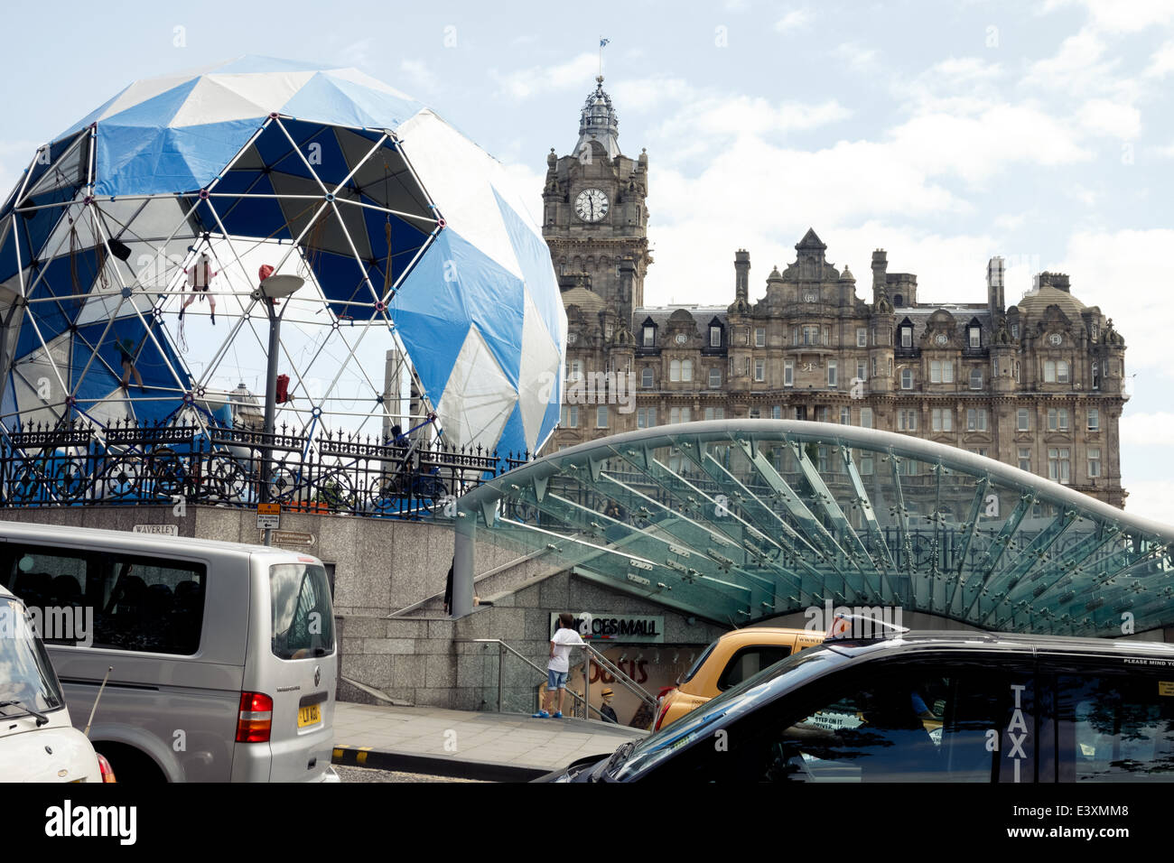 Edinburgh street scene at Princes Mall with the Balmoral Hotel in the background - Stock Image