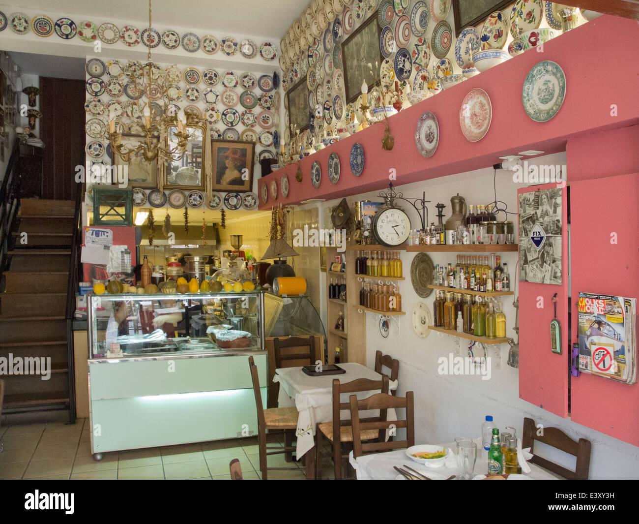 Griechenland, Rhodos-Stadt, Altstadt, Platanos 22, Taverne Boukia..Boukia !, traditionell schaut der Gast in die - Stock Image